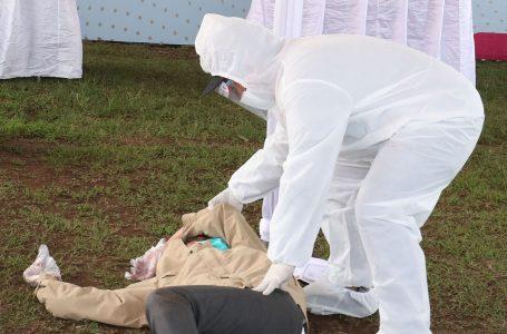 Petugas menggunakan alat pelindung diri (APD) lengkap mengevakuasi pemilih yang pingsan saat akan melakukan pencoblosan ketika Simulasi Pemungutan Suara dengan Protokol Kesehatan Pencegahan dan Pengendalian COVID-19 pada Pilkada Serentak 2020. foto:Netizenindonesia.id