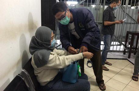 BURON-Tri Endang dimasukan ke ruang tahanan setelah ditangkap tim gabungan di Batam.