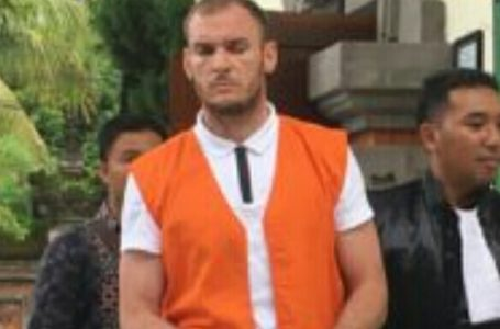 DIHUKUM RINGAN-Andrew warga Rusia yang jadi buron Interpol saat menjalani sidang kasus kepemilikan 0,5 Kg hasish.