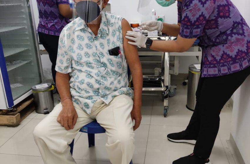 Lansia di Denpasar Ikuti Vaksinasi Covid-19