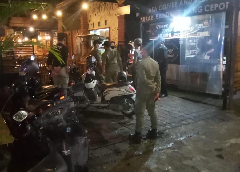 Malam Minggu, Pol PP Blusukan ke Warung-Warung