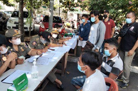 BANDEL-Tim Yustisi Denpasar menjatuhkan sanksi pada warga yang ketahuan melanggar prokes.