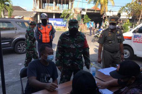 LANGSUNG RAPID TEST-Petugas memeriksa pelanggar prokes di Padangsambian, Denpasar Barat.