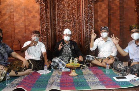 PODCAST-Ketua BKS LPD,N. Cendikiawan, Ketua LP LPD Karmayasa dan Astika membahas LPD di Bali  dalam acara podcast di Bale Pagesahan, Denpasar.