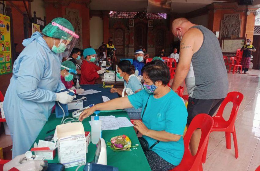 Vaksinasi Jemput Bola di Bale Banjar Sasar 400 Lansia
