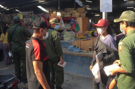 CEGAH COVID-19-Petugas gabungan melaksanakan edukasi prokes dengan menyasar pengunjung pasar tradisional.