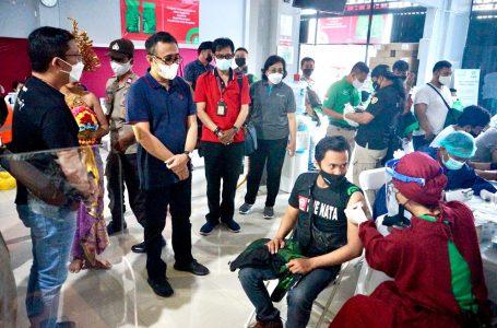 VAKSINASI-Walikota Jaya Negara meninjau pelaksanaan vaksinasi untuk driver gojek di Denpasar.