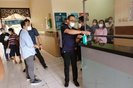 RS PENUH-Walikota Jaya Negara mengecek kesiapan RS Wangaya mengantisipasi lonjakan pasiencovid-19.