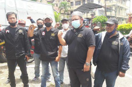 TEMUI ZAINAL-Pengurus KKSS Badung bersama perwakilan dari Mamasa usai jenguk Zainal Tayeb di tahanan Polres Badung.