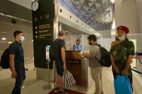 DEPORTASI-Kantor Imigrasi mendeportasi dua orang warga Rusia,, salah seorang diantaranya tersangkut kasus narkotika.