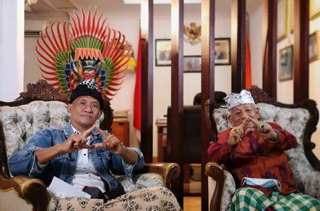 SOSOK MULTITALENTA-Arthanegara dipandu Putu Suarthama membeber pengalamannya di bidang pendidikan,politik  dan seni.