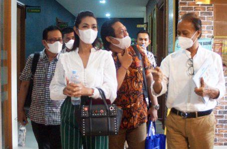 AJUKAN PERMOHONAN-Zainal didampingi tim penasihat hukumnya usai sidang lanjutan di Kejari Badung.
